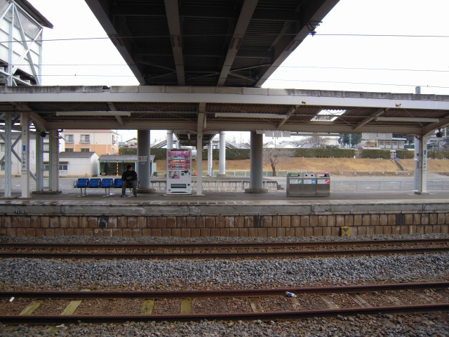 JR石岡駅上りホームの向こうに見える場所とは?