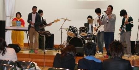 本校学生のバンドです。