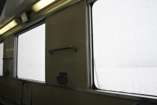 寝台列車らしい日の出後のまったりとした空間