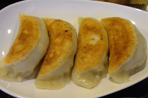 8手造りジャンボ焼き餃子。