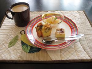 さつま芋のミニパウンドケーキ りんごのコンポート バラジャム入りチーズケーキ カフェオレと。
