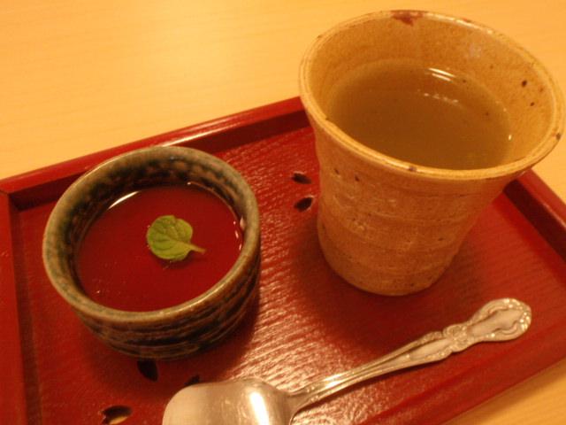 温かいお茶と一緒におデザ
