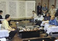仲井真沖縄県知事と会談する鳩山首相