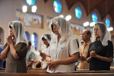 浦上天主堂で祈る人々