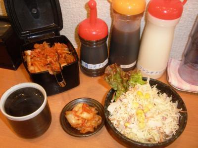 さだやん難波本店キムチ食べ放題、生野菜サラダ100円