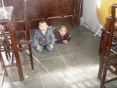 蘇州網師園で遊ぶ子供たち