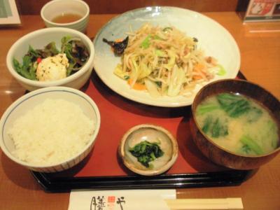 膳やホワイティうめだ野菜炒め膳(味噌汁)750円小鉢ポテサラ