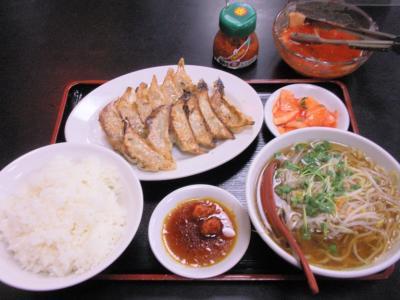 桜橋店3がつく日は餃子定食450円キムチも食べ放題