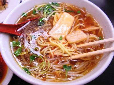 桜橋店3がつく日は餃子定食の麺に粗挽き生トウガラシとキムチ