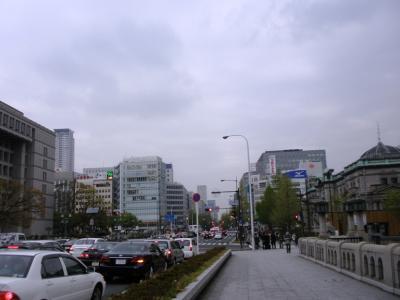 大阪市役所を大江橋より