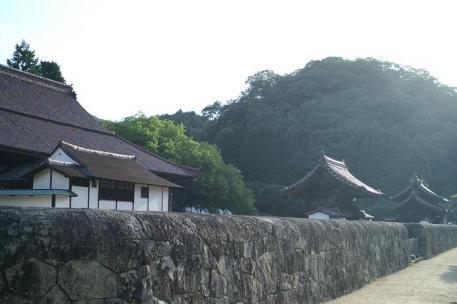講堂と公門と楷と校門と石塀