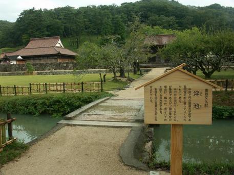 校門前の池と石橋・・・文化財らしい