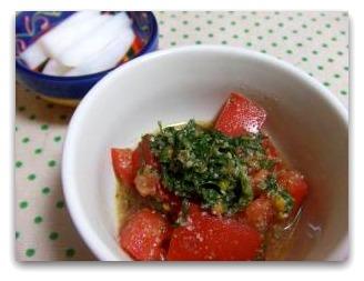 トマトと大葉のサラダと大根の漬物
