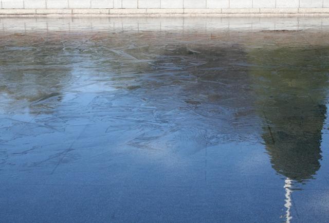 IMG_9406 平和公園の池凍結 W