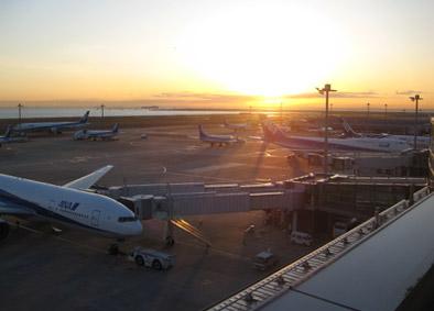 朝焼けの空港