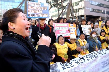 国費で反日活動に邁進する岡崎トミ子さん。