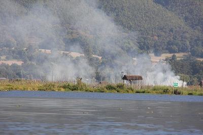 インレー湖の野焼き