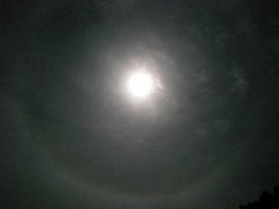 月の周りに輪