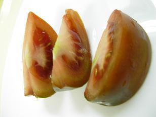 広島産 黒トマトの断面