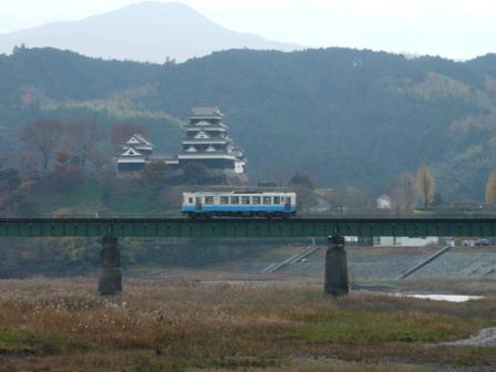大洲城 と キハ32形気動車