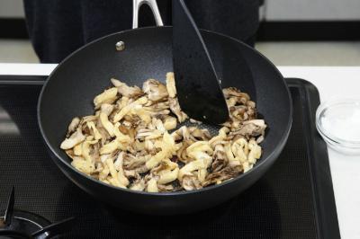 ③舞茸と油揚げを炒める