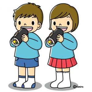 恵方巻を食べている子供