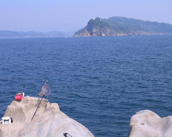 馬の鞍から望む正面の大島灯台