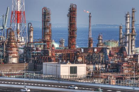 新日本石油精製根岸製油所と首都高速道路