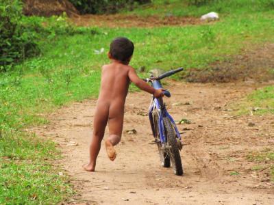 裸の少年、どこへ行く?