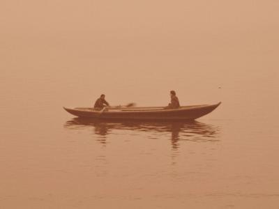薄霧に一隻@バラナシ