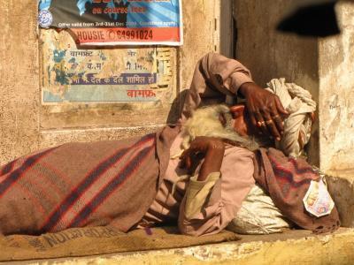 眩しさの中、眠る人@コルカタ