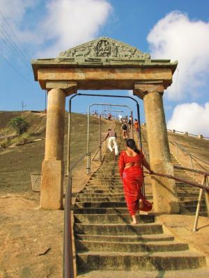 青空の丘へ続く石段@シュラヴァナベルゴラ