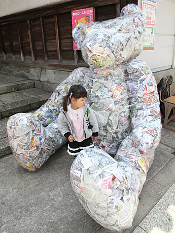 あべの経済新聞2012.4.3新聞女さんの巨大テディベア