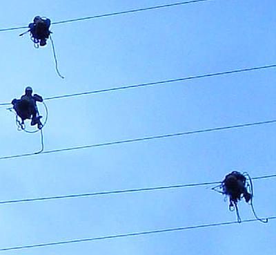 高所での高圧電線整備