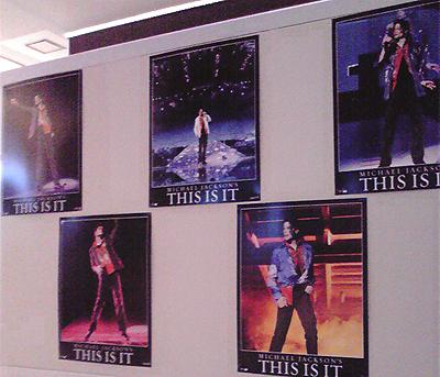 映画館に貼り出された「THIS IS IT」のポスター