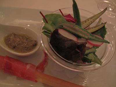 """ア ビエント スペイン産生ハム""""ハモンセラーノ""""と文太さんの畑で採れた新鮮野菜のサラダ"""