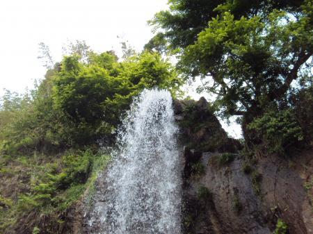 トンネルの滝