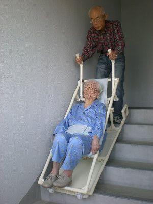 階段をソリで降ろしているところ