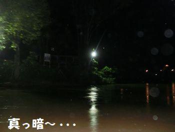真っ暗な川・・・。