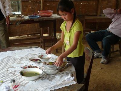 食器を片付ける女の子