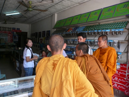 携帯電話店の僧侶