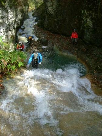 ナメ滝を登る