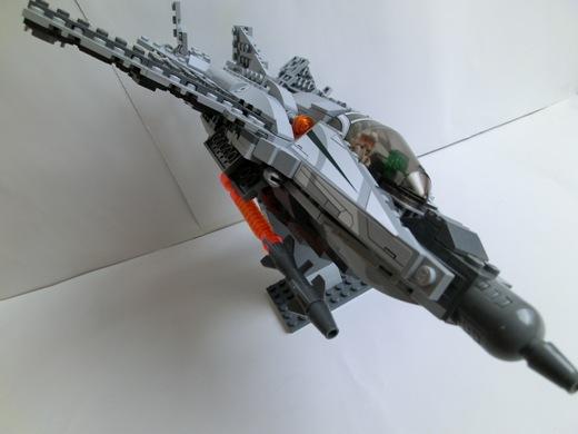 ミサイルと機関砲で敵機を攻撃するAE-22
