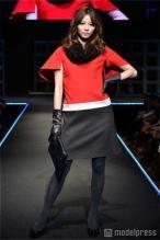 LOUNIE(ルーニィ)通販:LOUNIE(ルーニィ)2011冬物:モデルの香里奈さん、テレビCMでも話題のルーニィのワンピースを着て、トップバッターを飾る。会場からはため息―(2011/10/23)雑誌GINGER(ジンジャー)創刊2周年記念ファッションショー『ヴィーナス誕生祭2011』