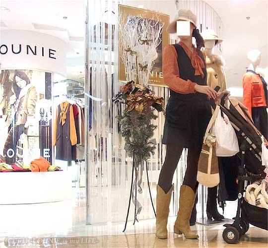 LOUNIE(ルーニィ)通販:LOUNIE(ルーニィ)2011年秋冬物ショップの様子:着用コーデはルーニィ2010冬物&2011春物:LOUNIE is My LIFE管理人、赤ちゃんと外出♪はからずもプレセール前日、街も店内もクリスマスムード☆今日のコーデは、新作でなくてスミマセン・・・><;LOUNIE(ルーニィ)2010冬物サロペット(コンビネゾン)×LOUNIE(ルーニィ)2011春物ドット柄ボウタイブラウスでGINGER掲載時風に♪×LOUNIE(ルーニィ)2011春物New York Street Lineスカーフ付きバッグ