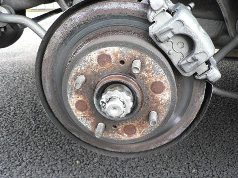 タイヤを外します。