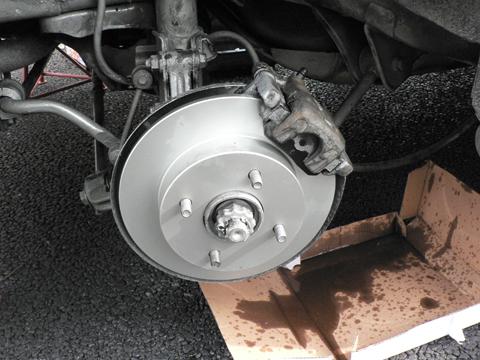 ブレーキホースを接続してエア抜きをします。