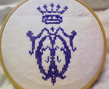 イニシャルと王冠の刺繍