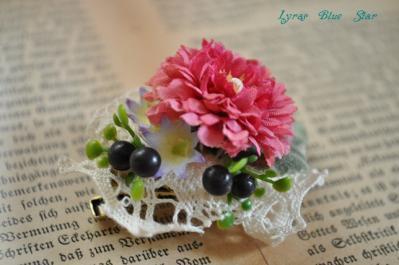 造花でブローチ