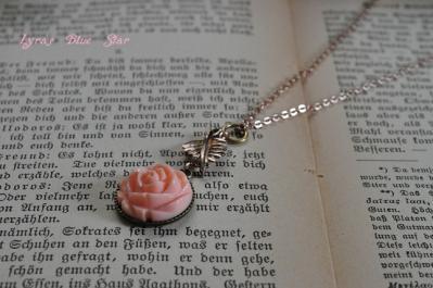 バラと葉っぱのネックレス
